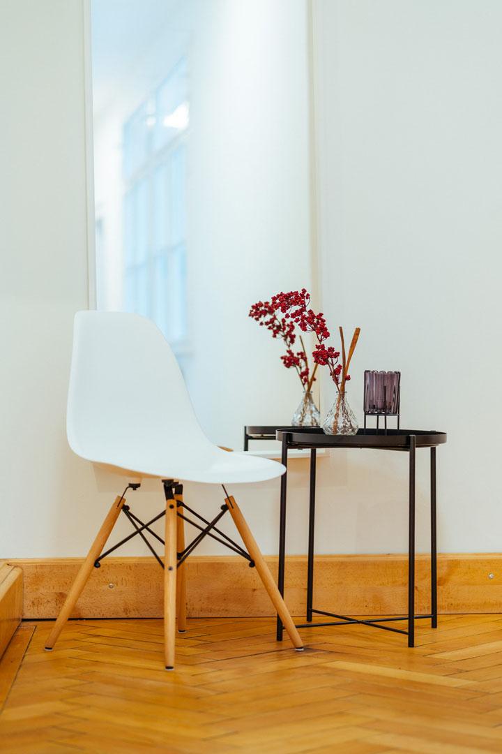 Stuhl mit Beistelltisch im Flur der Physiotherapie physioconcept