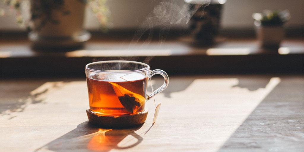 Immunsystem stärken Tasse Tee auf Tisch