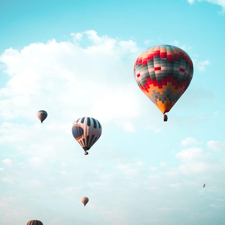 Heißluftballons am Horizont