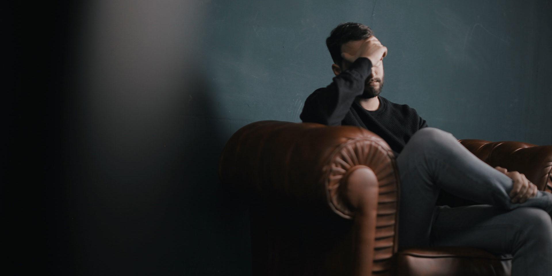 Gestresster Mann auf Couch